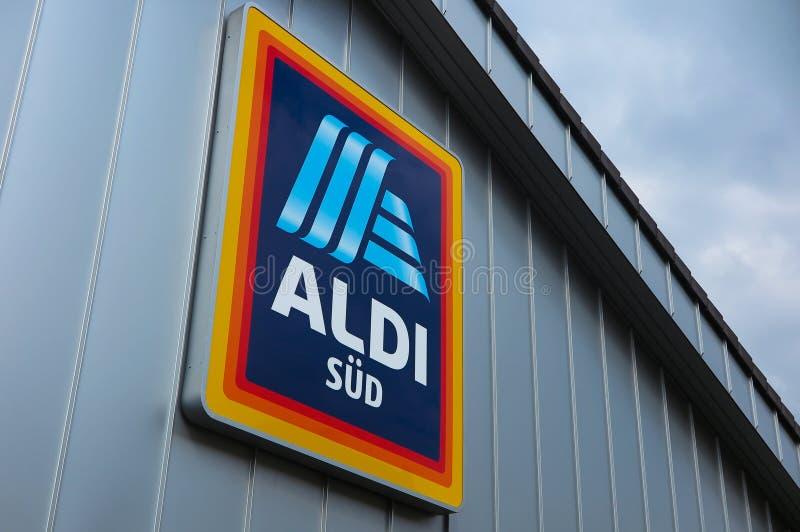 VIERSEN TYSKLAND - MARS 27 2019: Sikt i isolerad ALDI-logo under taket av den gråa metallväggen royaltyfria bilder