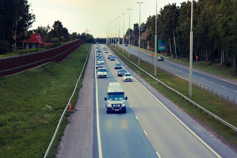 Vierspurige Autobahn mit einem Zaun in der Landschaft stockfoto