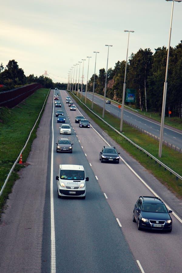 Vierspurige Autobahn mit einem Zaun in der Landschaft stockbilder