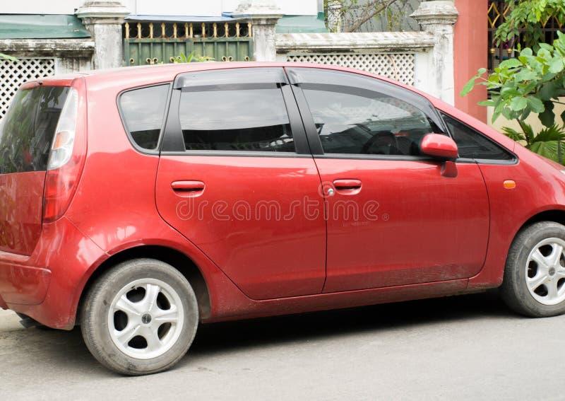VIERTÜRIGES KLEINES ROTES AUTO Stockbild - Bild von auto, motor ...