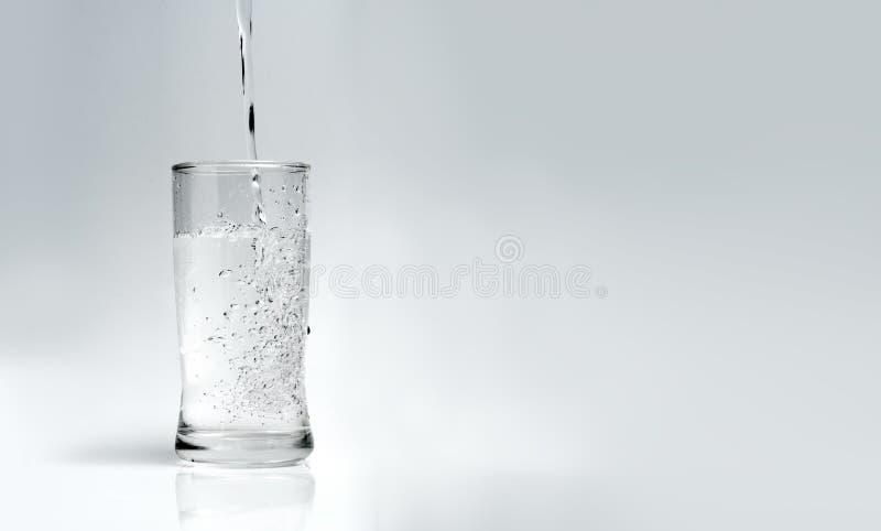 Vierta el agua en el vidrio en un fondo blanco stock de ilustración
