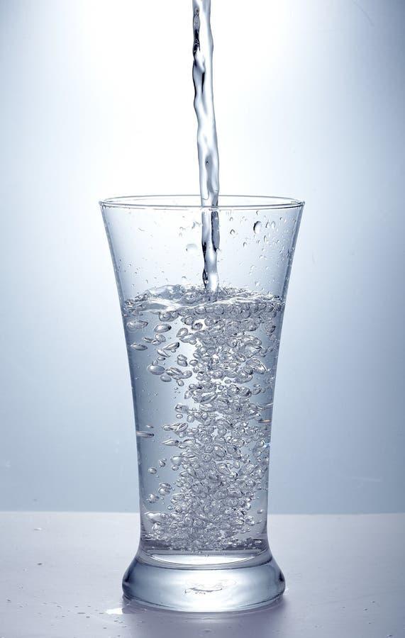 Vierta El Agua Potable Imágenes de archivo libres de regalías