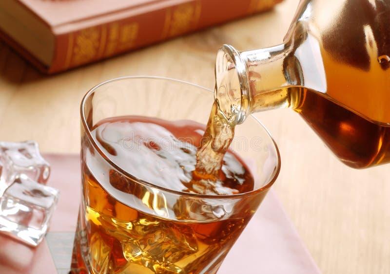 Vierta el whisky fotografía de archivo libre de regalías