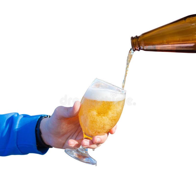 Vierta la cerveza en un vidrio fotos de archivo libres de regalías