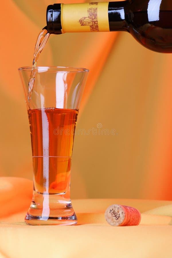 Vierta un poco de vino en un vidrio. fotografía de archivo libre de regalías