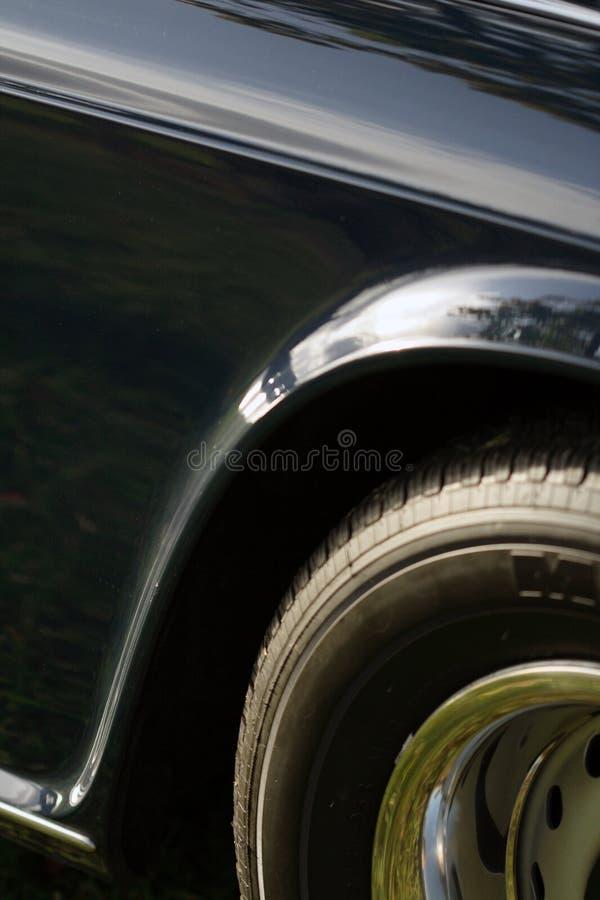 Viertelpanel und Gummireifen des klassischen britischen Autos lizenzfreie stockfotos