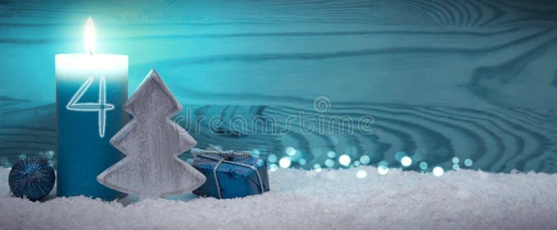 Viertes Advent Weihnachtsgeschmack mit Adventkerze und blauer Dekoration lizenzfreie stockfotografie