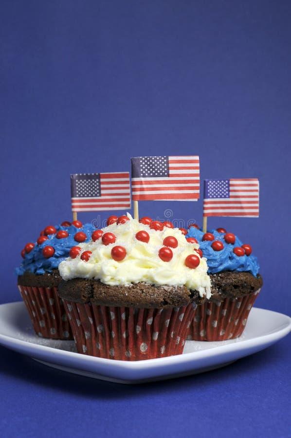 Viertes 4. der Juli-Parteifeier mit den roten, weißen und blauen Schokoladenkleinen kuchen - Vertikale mit Kopienraum für Ihren Te lizenzfreie stockfotos