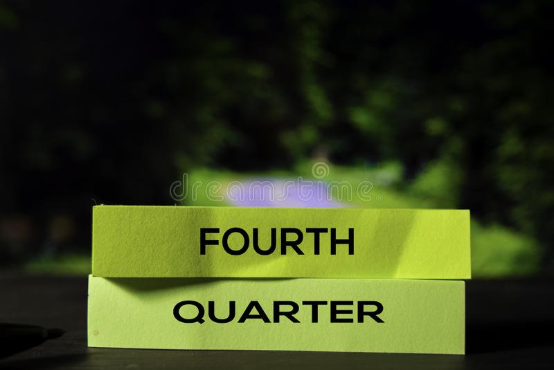 Viertes Quartal auf den klebrigen Anmerkungen mit bokeh Hintergrund lizenzfreies stockfoto