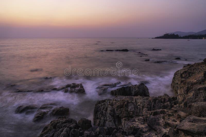 Vierw över en klippa på solnedgånggoasolnedgången royaltyfria bilder