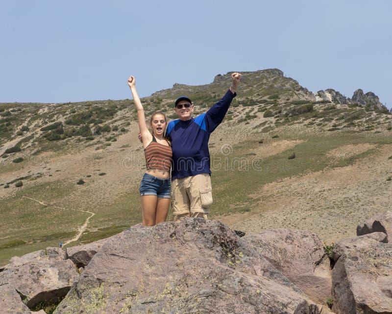 Vierzehn Jährigenkelin und ihr Großvater, die Spaß im Berg Rainier National Park, Washington haben stockfotos