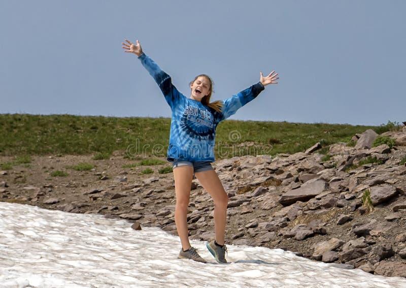 Vierzehn jähriges kaukasisches Mädchen, das enthusiastisch im Berg Rainier National Park, Washington aufwirft lizenzfreie stockfotos