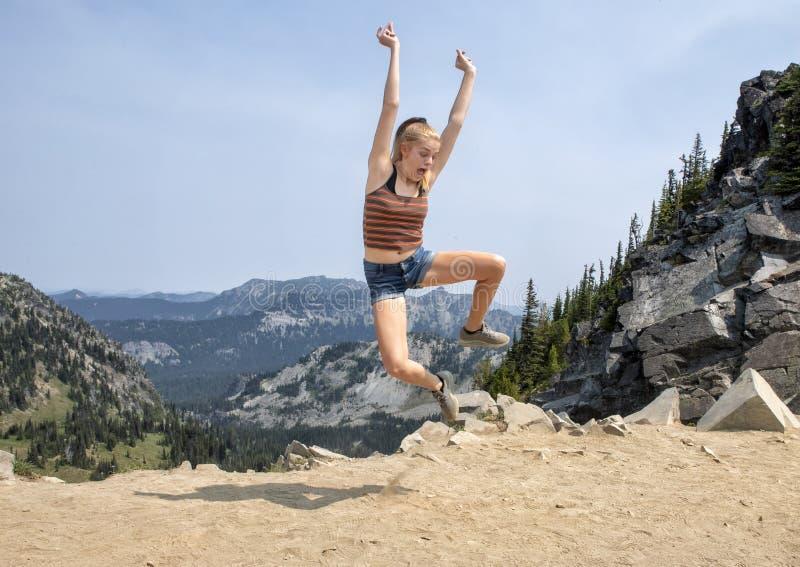 Vierzehn jähriges kaukasisches Mädchen, das im Berg Rainier National Park, Washington aufwirft lizenzfreie stockfotos