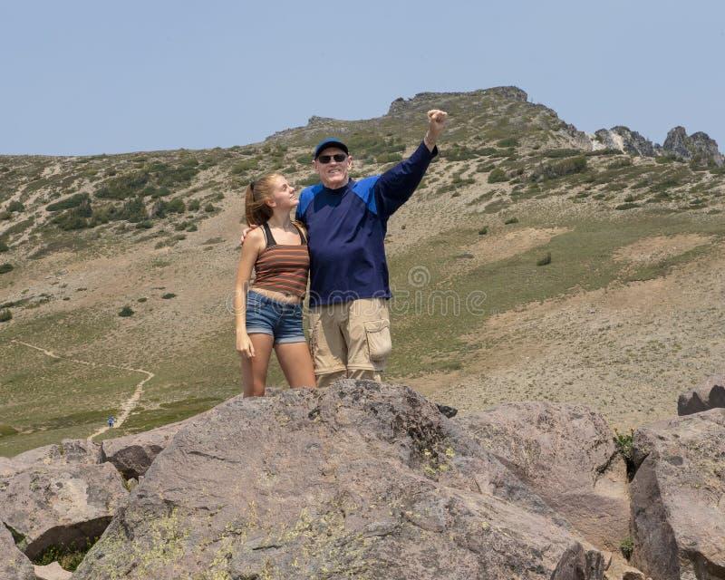 Vierzehn Jährigmädchen und ihr Großvater, die Spaß im Berg Rainier National Park, Washington haben lizenzfreies stockbild