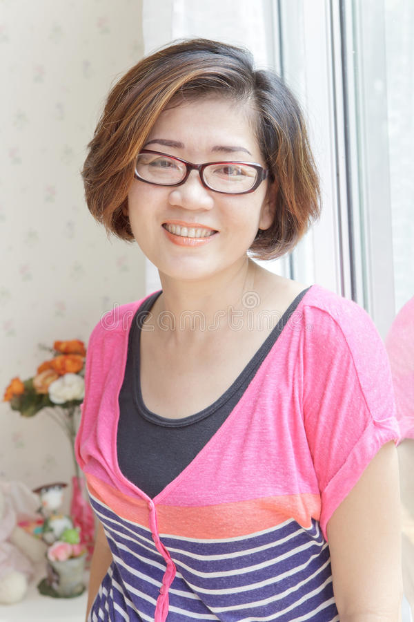 Vierzig Jahre alte asiatische Frau mit guter Gesundheit lizenzfreie stockfotos