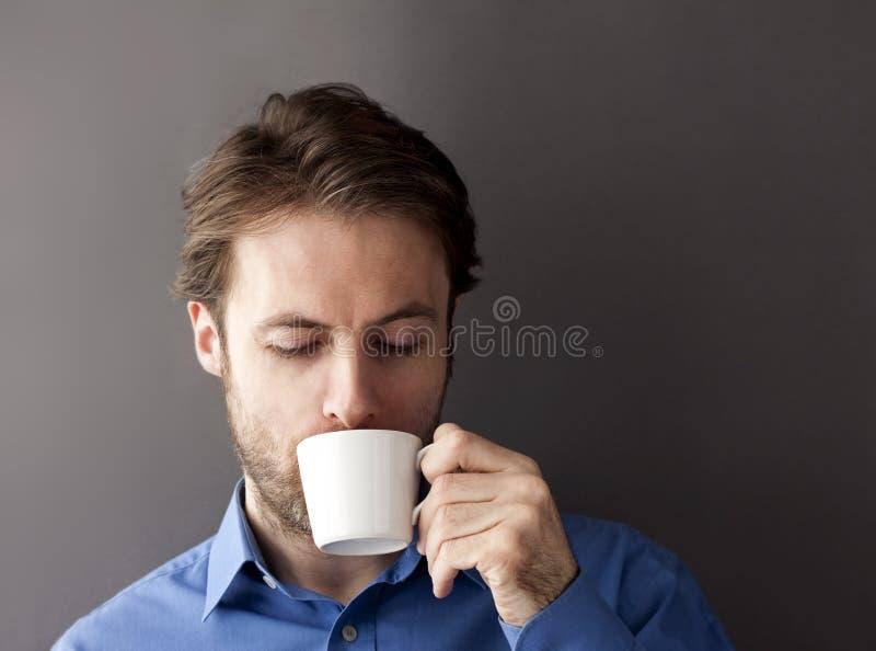 Vierzig Jahre trinkende Morgen-Kaffee des alten schläfrigen Büroangestellt-Mannes stockbilder