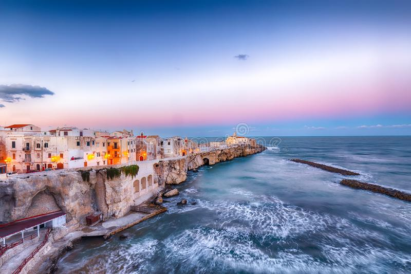Vieste - cidade costeira bonita nas rochas em Puglia foto de stock