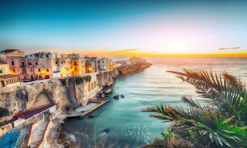 Vieste - den h?rliga kuststaden p? vaggar i Puglia royaltyfri foto