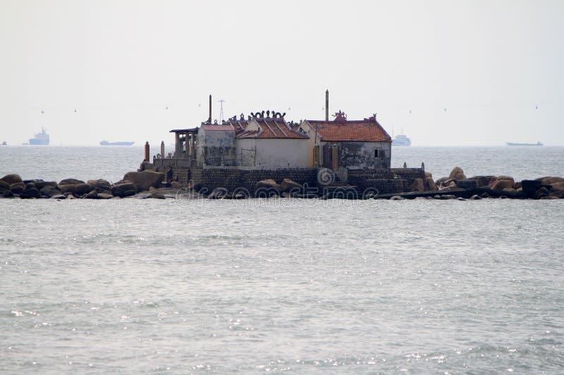 Vietnã, Nha Trang-11 de dezembro de 2019-Homes em Ilhas no Mar Vista da costa de Nha Trang imagens de stock