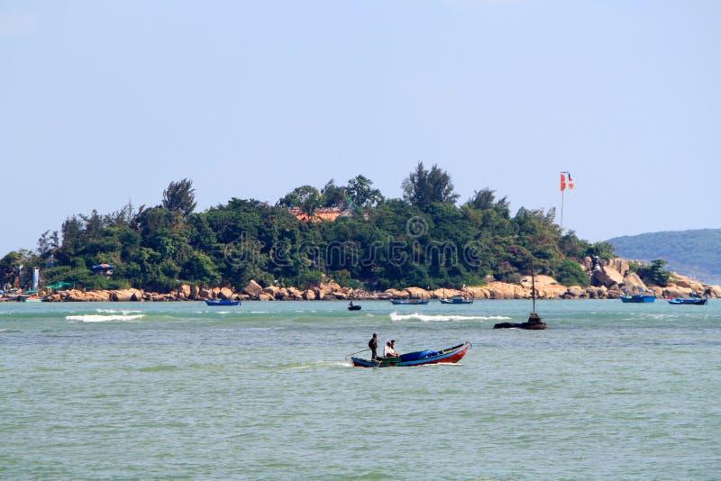 Vietnã, Nha Trang-11 de dezembro de 2019-Homes em Ilhas no Mar Vista da costa de Nha Trang foto de stock royalty free