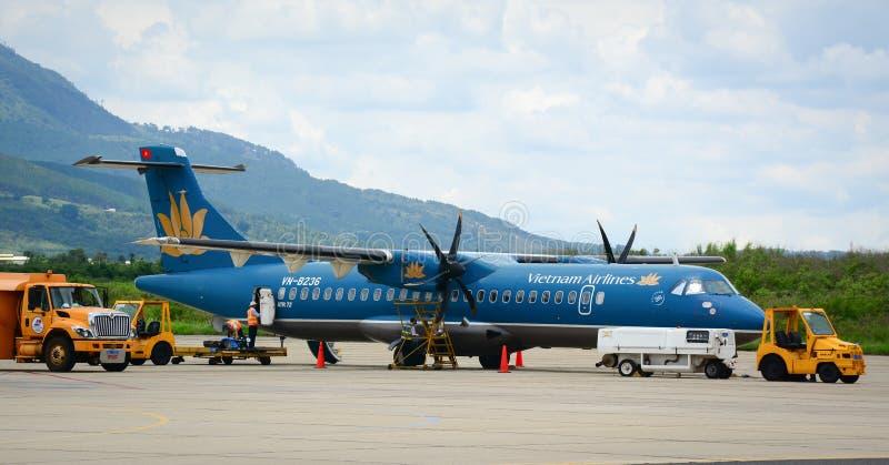 Vietnam Airlines surfacent l'amarrage à l'aéroport à Haïphong, Vietnam image libre de droits