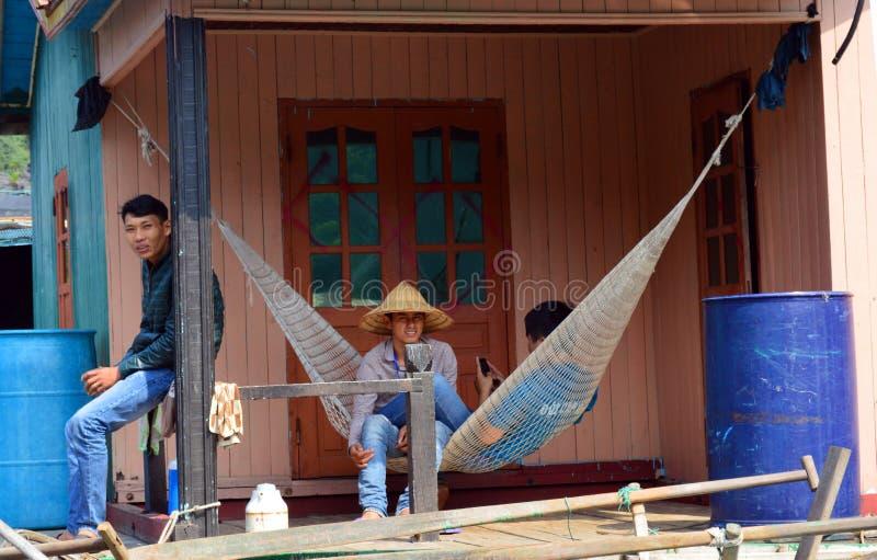 Vietnam - bahía larga de la ha - aldeanos de la pesca en el pueblo flotante de Vung Vieng imagen de archivo libre de regalías