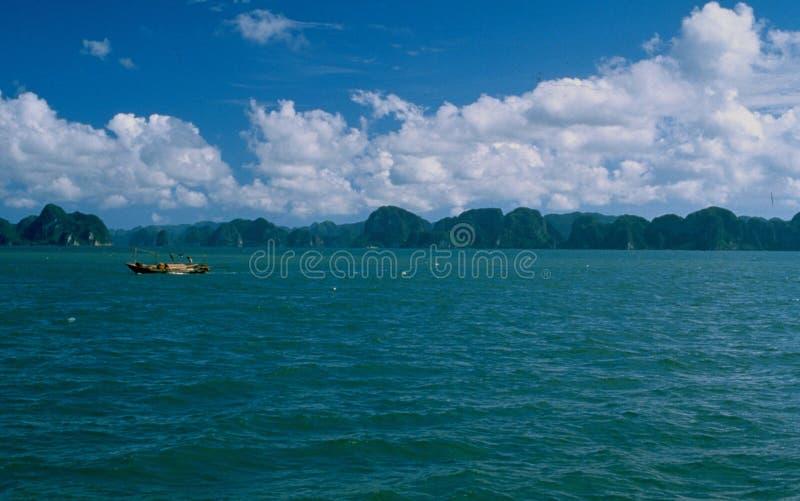 Vietnam: De Halong-Baaicruise is een toeristische attractie royalty-vrije stock afbeelding