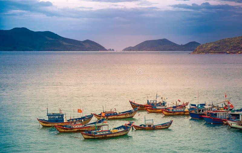 Vietnam, de stad van Nyachang - Juni 17, 2013: het overzees Zuid- van China, de schoener naderde gokken stock afbeelding