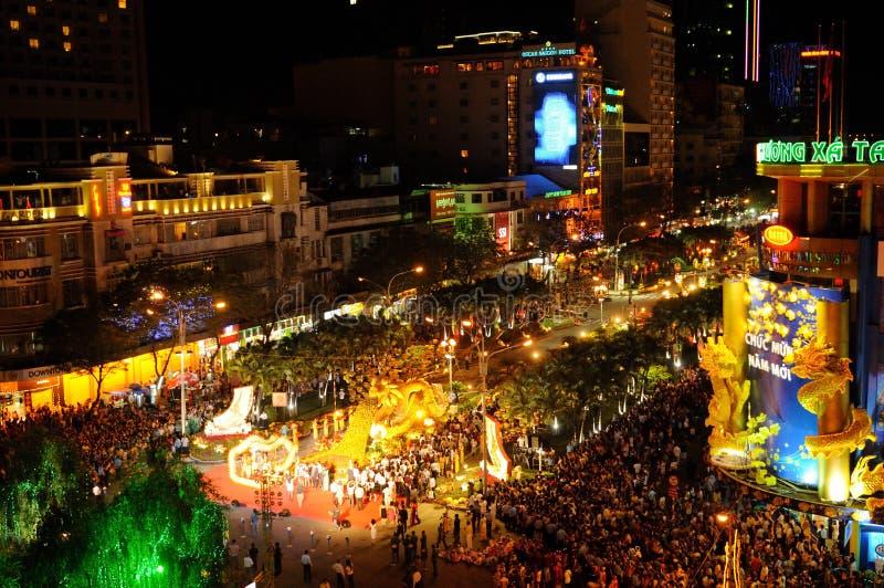 Vietnam: Die Feier des neuen Jahres beginnt in Ho Chi Ming am Eden-Platz nahe der Oper Vom Rex-Dach gibt es die beste Ansicht lizenzfreie stockfotos