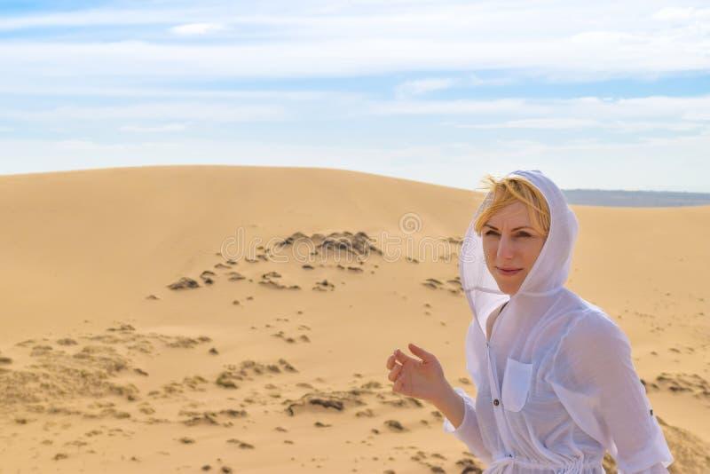 Vietnam: donna in dune di sabbia bianche su sfondo sabbioso fotografie stock libere da diritti