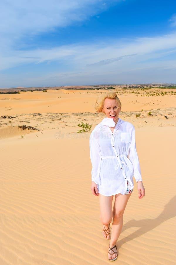 Vietnam: donna in dune di sabbia bianche su un passato fotografia stock libera da diritti
