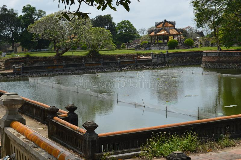 Vietnam - Farbe - innerhalb der Zitadelle - Garten und kleiner Pavillon stockfotos