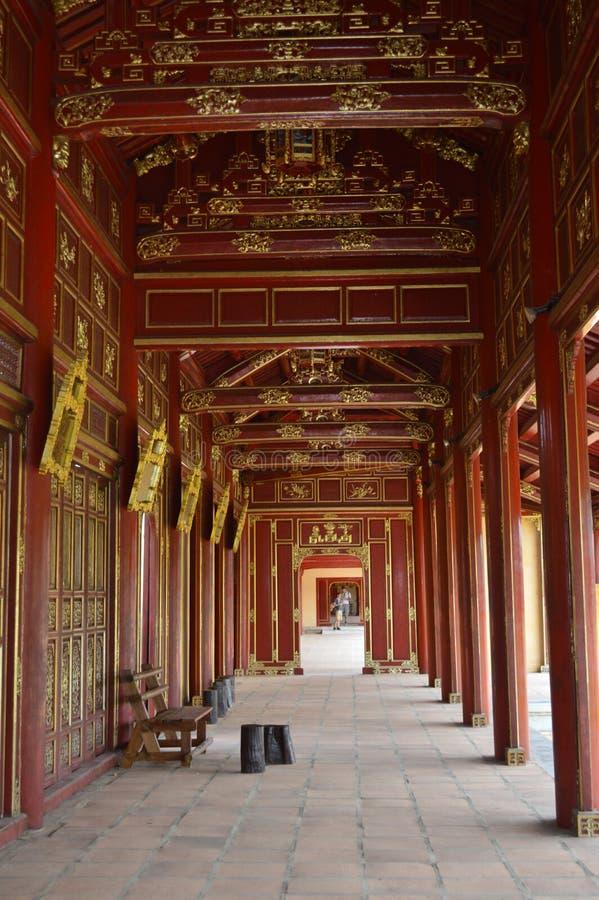 Vietnam - Farbe - Rot und Goldkorridor in der kaiserlichen purpurroten Verbotenen Stadt lizenzfreie stockfotografie