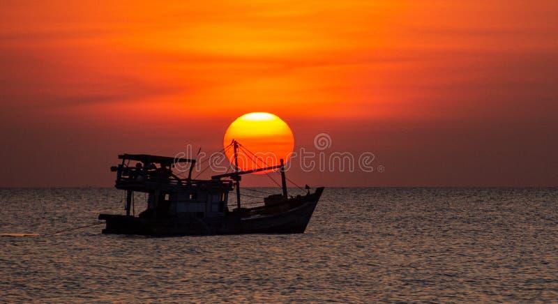 Vietnam-Fischerboot bei Sonnenuntergang auf Phu Quoc stockfotos