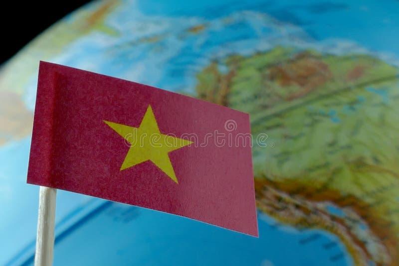 Vietnam-Flagge mit einer Kugelkarte als Hintergrund lizenzfreies stockbild