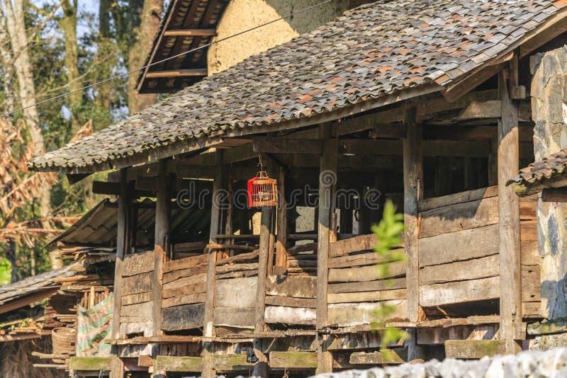 Vietnam gammalt hus arkivbild