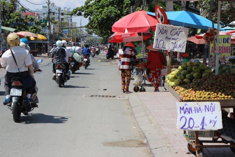 Vietnam gatamarknad damsäljare arkivbild