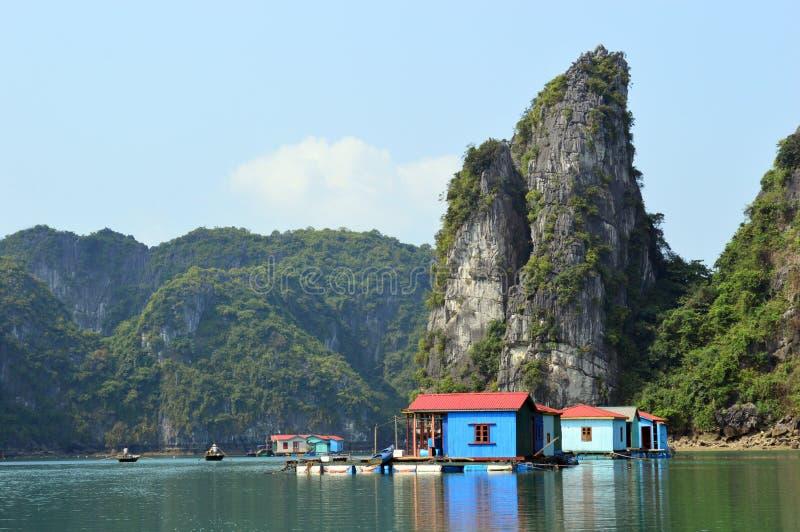 Vietnam - Ha snakt de Baai - kleurrijke blauwe blokhuizen bij drijvend dorp van Vung Vieng stock fotografie
