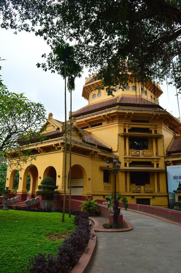 Vietnam - Hanoi - den franska fjärdedelen - historiemuseum Front Facade royaltyfri bild
