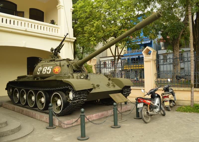 Vietnam - Hanoi - vietnamesisk behållare utanför museet för militär historia royaltyfria bilder