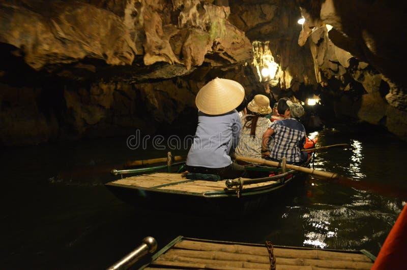 Vietnam - het Noorden - Trang - dameroeier in traditionele headwear royalty-vrije stock afbeelding