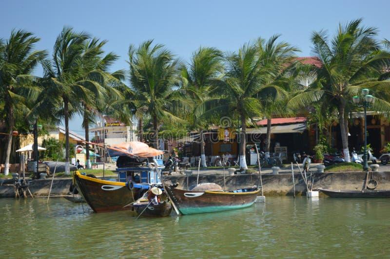 Vietnam - Hoi un destino escénico de los barcos de pesca en Thu Bon River fotos de archivo