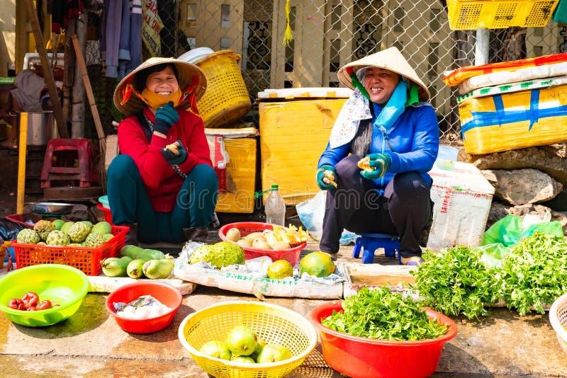 Vietnam, isla de Phu Quoc - 26 de febrero de 2018: Mujeres con las verduras frescas CRUDAS sanas en calle vietnamita tradicional imagen de archivo