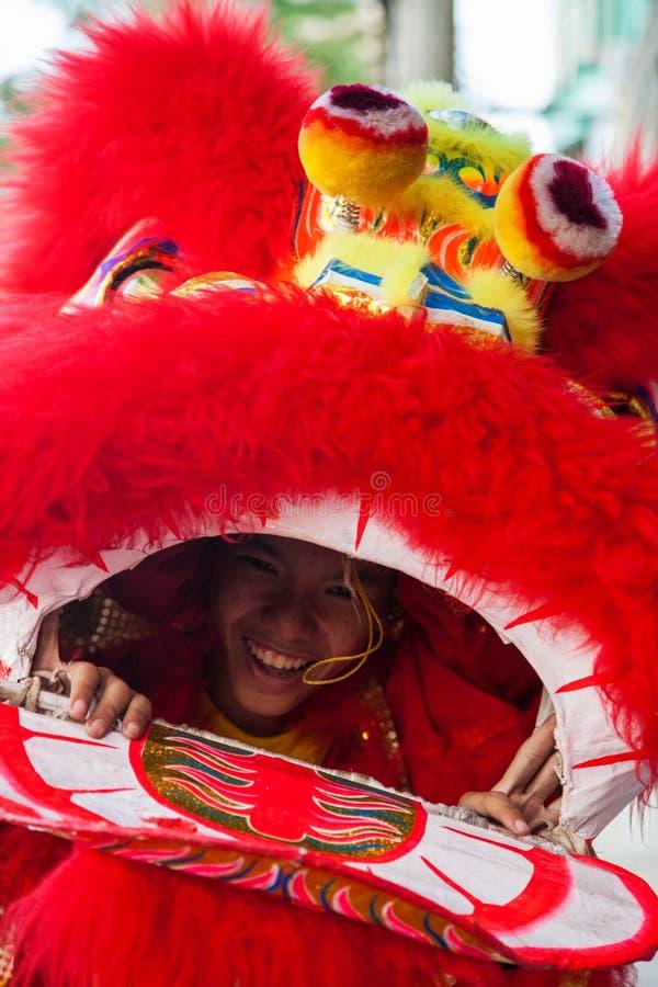 Vietnam - 22. Januar 2012: Dragon Dance Artist während der Feier des vietnamesischen neuen Jahres lizenzfreies stockbild