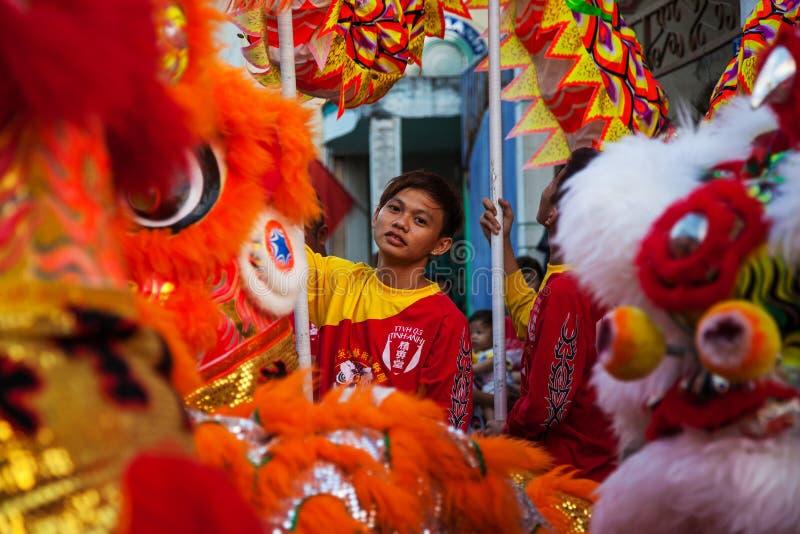 Vietnam - 22. Januar 2012: Dragon Dance Artists während der Feier des vietnamesischen neuen Jahres stockfotos