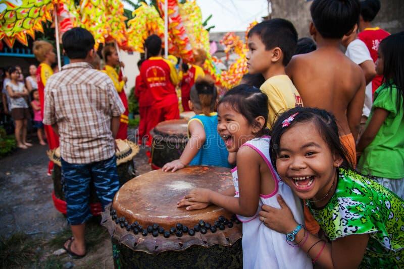 Vietnam - 22. Januar 2012: Kinderlachen während des Drachetanzes Vietnamesisches neues Jahr stockfotografie