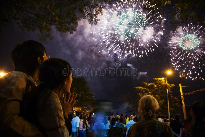 Vietnam - 22. Januar 2012: Zuschauer, die Feuerwerke während der Feier des vietnamesischen neuen Jahres aufpassen stockbilder
