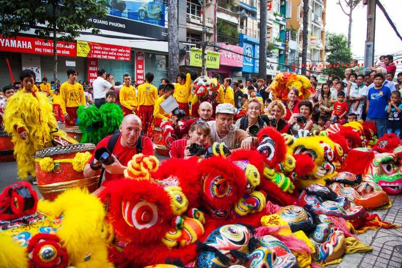 Vietnam - Januari 22, 2012: De toeristen fotograferen de draakdans Vietnamees nieuw jaar royalty-vrije stock foto