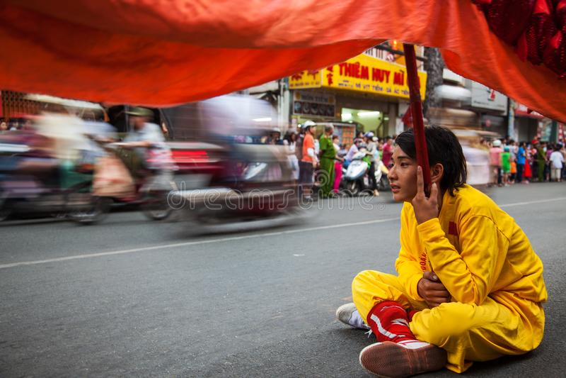 Vietnam - Januari 22, 2012: Dragon Dance Artist zit op de stoep Vietnamees nieuw jaar royalty-vrije stock foto