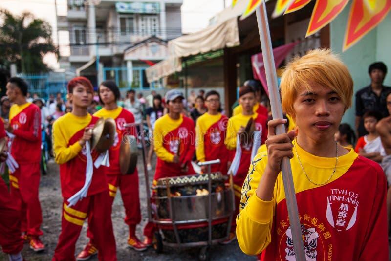 Vietnam - Januari 22, 2012: Dragon Dance Artists tijdens de viering van het Vietnamese Nieuwjaar stock foto